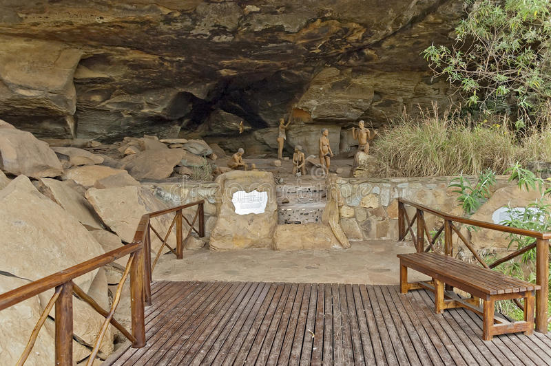 Tonfiguren von langen letzten San-Leuten (Buschmann) in der Giants-Schloss-Höhle lizenzfreie stockfotografie
