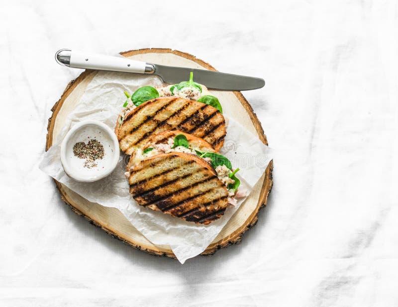 Tonfisk på burk, mozzarellaost, varma smörgåsar för spenat på en ljus bakgrund, bästa sikt Läcker frukost, frunch, tapas arkivbilder