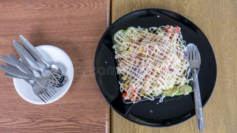 Tonfisksallad med gaffeln och skeden royaltyfri fotografi
