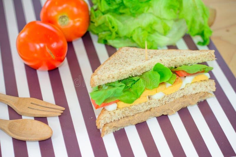Tonfisksmörgås på det mattt royaltyfri bild