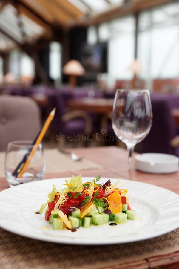 Tonfisktandsten med gurkan och apelsinen på tabellen royaltyfri bild