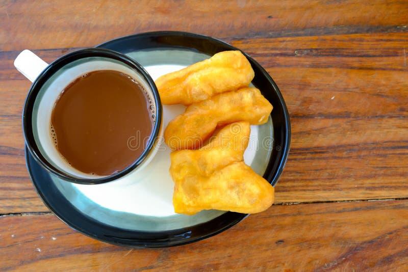Tong w Tajlandzkim słowie z starą tajlandzką stylową gorącą kawą w szkle, Tajlandzki stylowy tradycyjny śniadanie zdjęcie royalty free