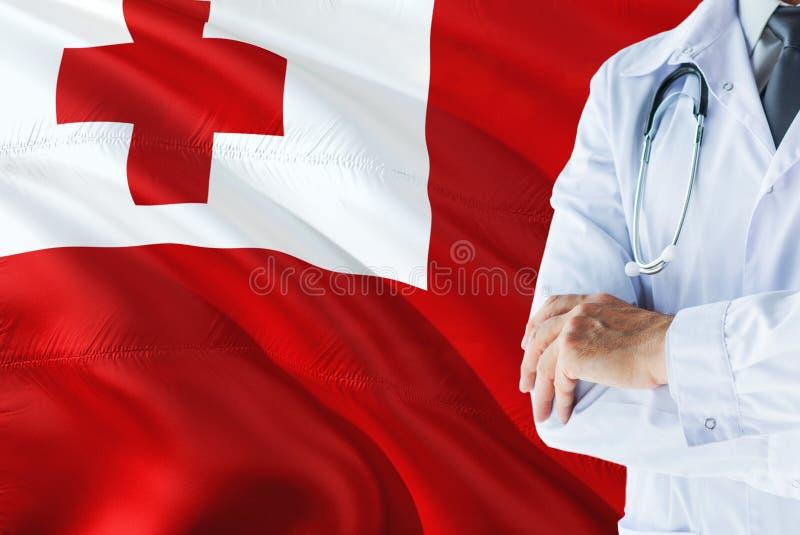 Tongaanse Arts die zich met stethoscoop op de vlagachtergrond van Tonga bevinden Het nationale concept van het gezondheidszorgsys royalty-vrije stock afbeeldingen