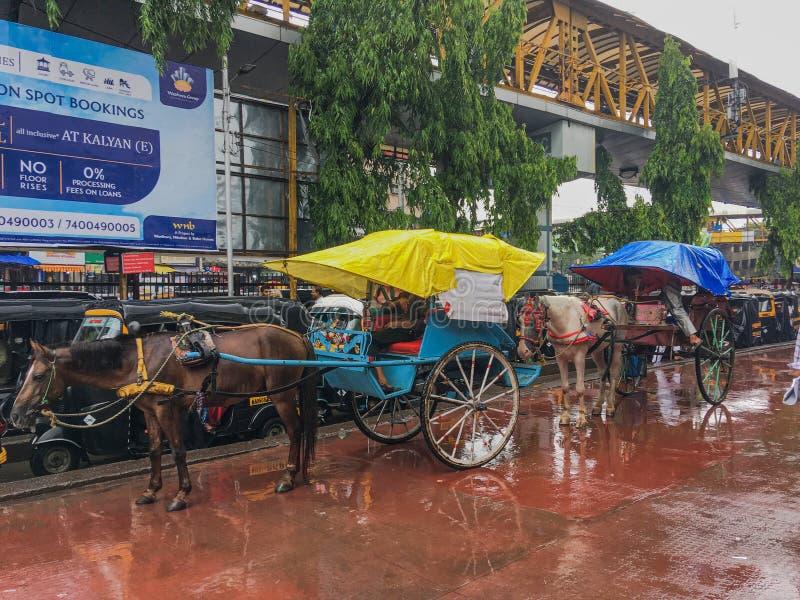 Tongahorse vagn på den Kalyan järnvägsstationen på monsunmaharashtraen INDIEN arkivfoto