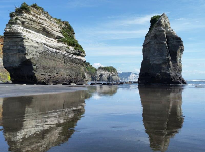 Tongaparutu岩石沿海形成 免版税库存图片