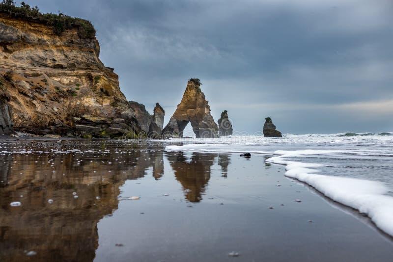 Tongaporutu ` s海滩-三个姐妹 库存照片