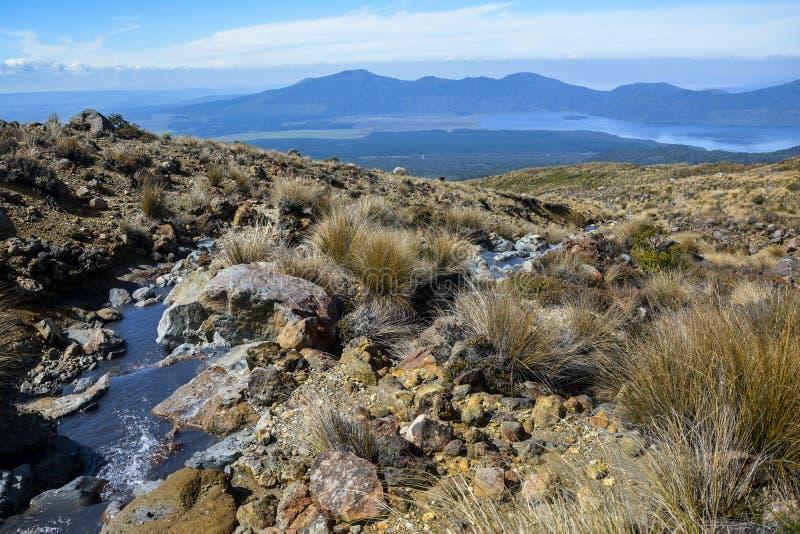 Tongariro高山横渡的新西兰-在湖Rotoaira的看法,接近Ketetahi小屋 免版税图库摄影