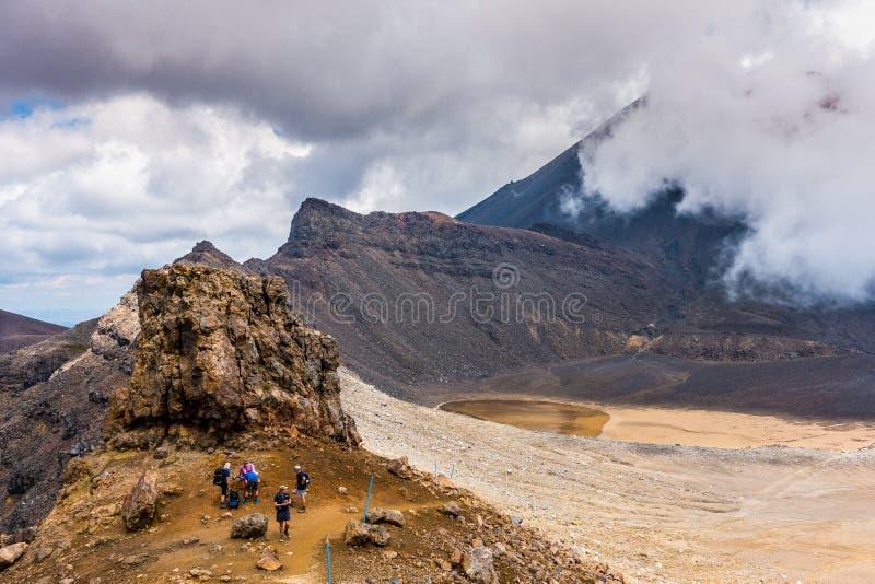 Tongariro Alpejski skrzyżowanie - kłoszenie w kierunku Czerwonego krateru fotografia stock