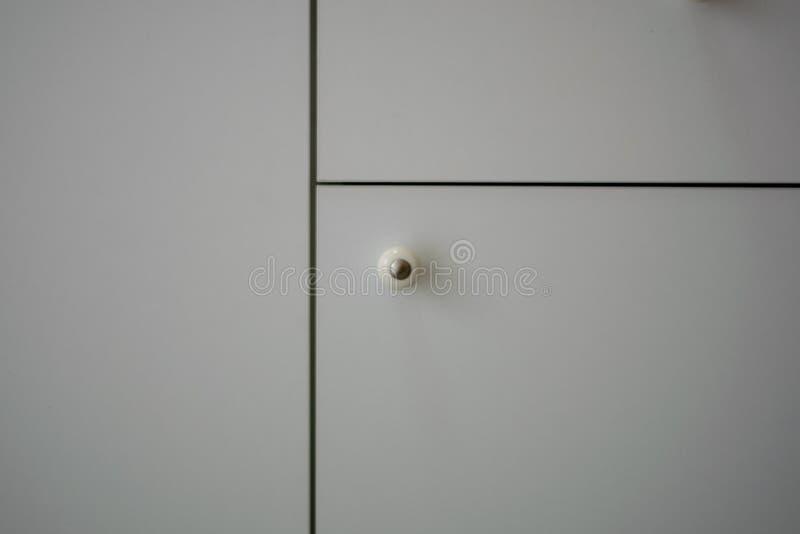 Tongdeur, duidelijke, witte kast, zwarte lijn stock foto