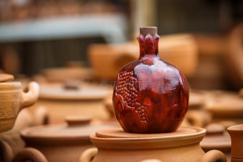 Tongefäße und Vasen, Weinflaschen, Andenken von Georgia lizenzfreie stockfotografie