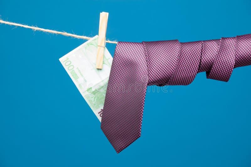 Tongs, pieniądze i krawat z kępką, na arkanie fotografia royalty free