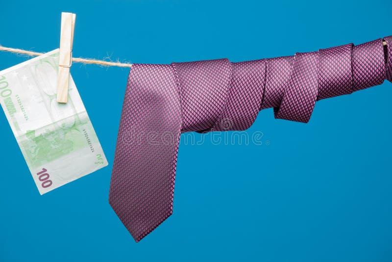 Tongs, pieniądze i krawat z kępką, na arkanie zdjęcia royalty free