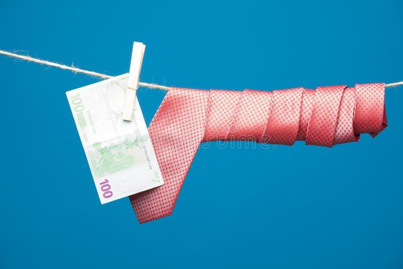 Tongs, pieniądze i krawat z kępką, na arkanie zdjęcia stock