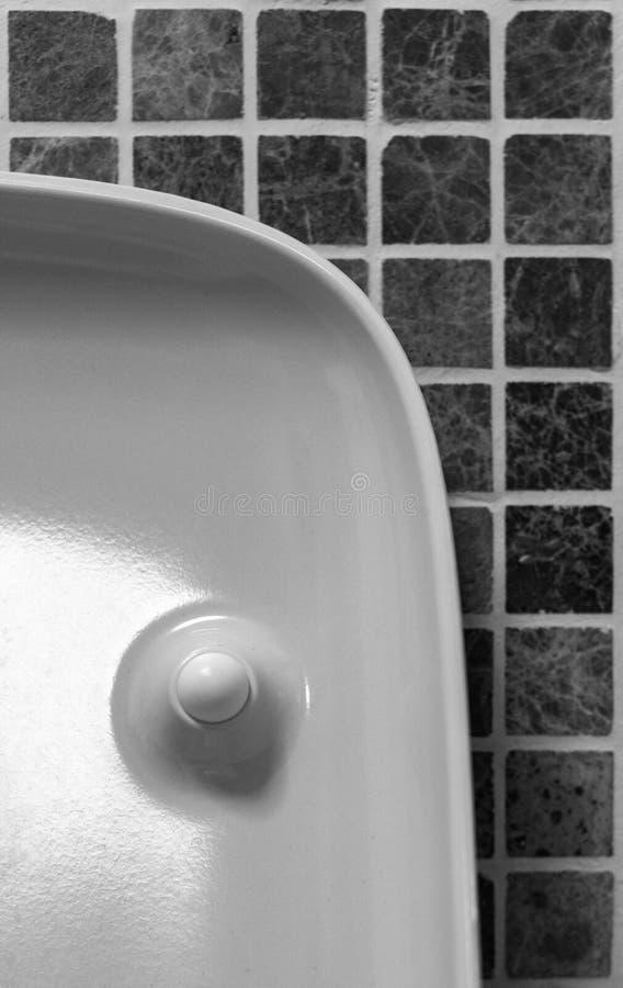 Toni moderni dell'interno del bagno di stile di minimalismo in bianco e nero Frammento dell'interno del bagno fotografie stock libere da diritti