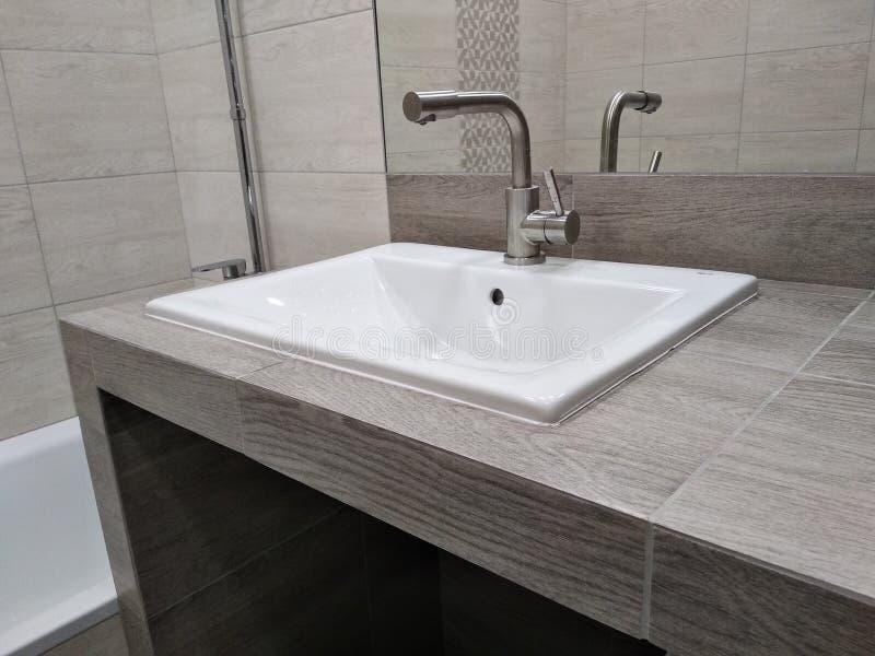 Tonie na stołowym wierzchołku drywall i taflującym, handmade prostej obsługi łazienka nisza w countertop dla kreślarza z kosmetyk zdjęcie stock
