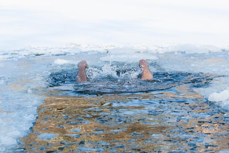 Tonie zlew iść pod wodną osobą Pomocy asysty potrzebny pojęcie Da zdjęcie stock