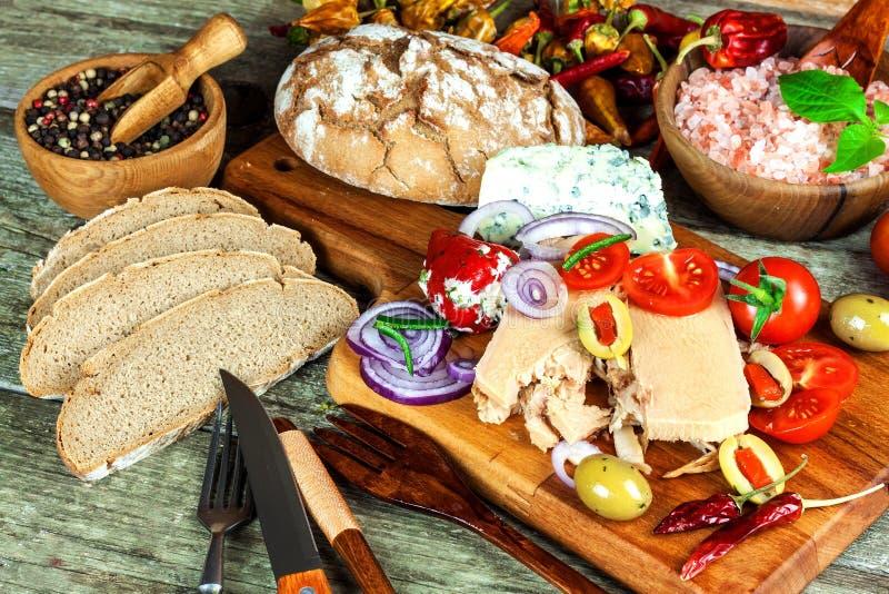 Tonijn in olijfolie Ingeblikte tonijn met olijven en Spaanse peperpeper Gezond overzees voedsel stock fotografie