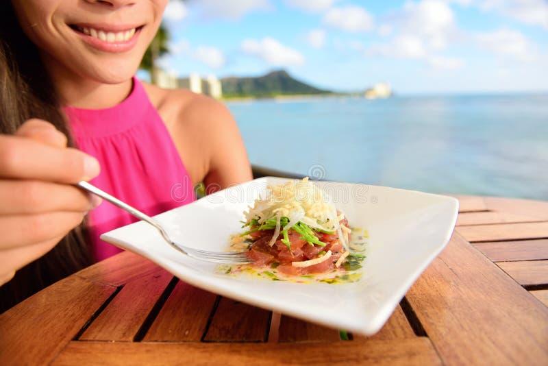 Tonijn tartare - ruwe ahi Hawaiiaanse schotel royalty-vrije stock afbeeldingen