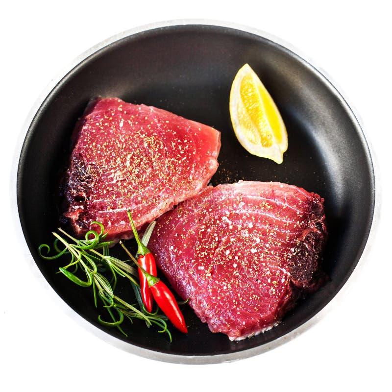 Tonijnlapje vlees - Ruwe verse tonijnfilet met kruiden, zout en citroen royalty-vrije stock foto