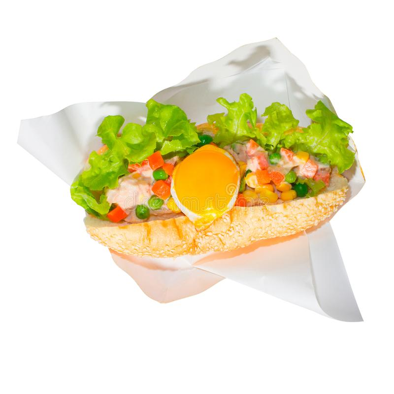 Tonijnsalade met gebraden eieren, wortelen, slabonen, graan en sla op brood De gezondheid isoleerde witte achtergrond stock afbeelding