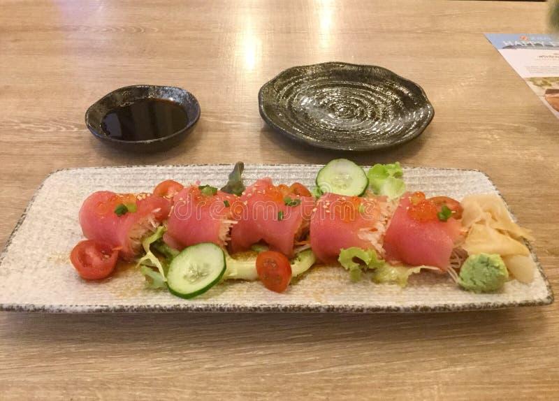 Tonijnsashimi met radijs Japanse keuken heerlijk Sojasaus royalty-vrije stock foto's