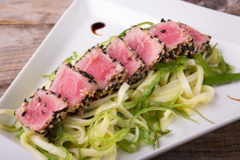 Tonijnvlees met salade royalty-vrije stock afbeelding