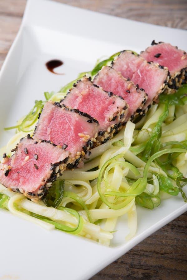 Tonijnvlees met salade stock fotografie