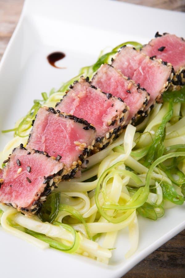 Tonijnvlees met salade royalty-vrije stock fotografie