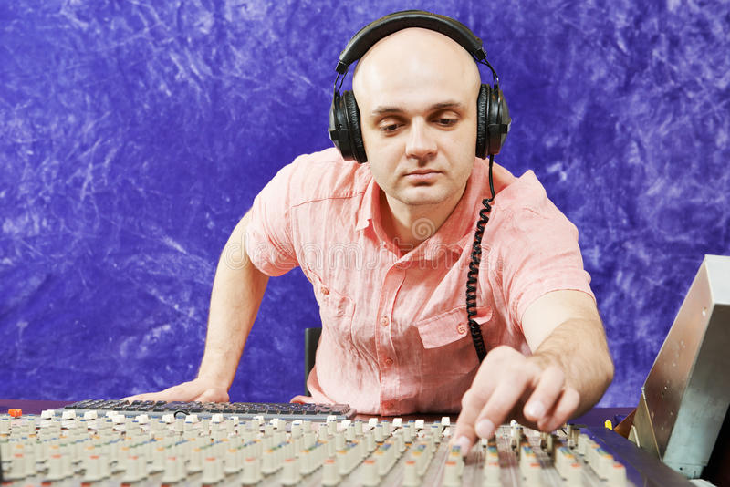 Toningenieur arbeitet mit professionellem musikalischem Mischer stockfotografie