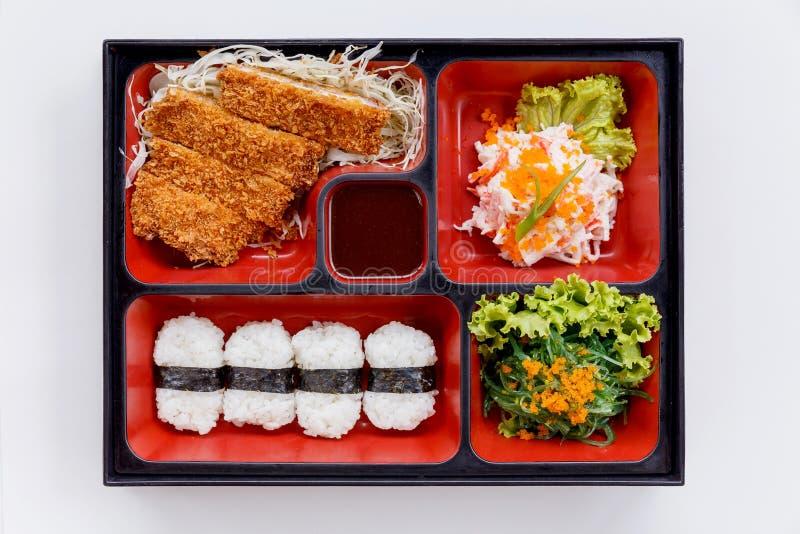 Tonkatsu Bento Served con riso giapponese Wraped, Tonkatsu tagliato e salsa barbecue stile giapponese, alga con Ebiko ed insalata fotografia stock libera da diritti