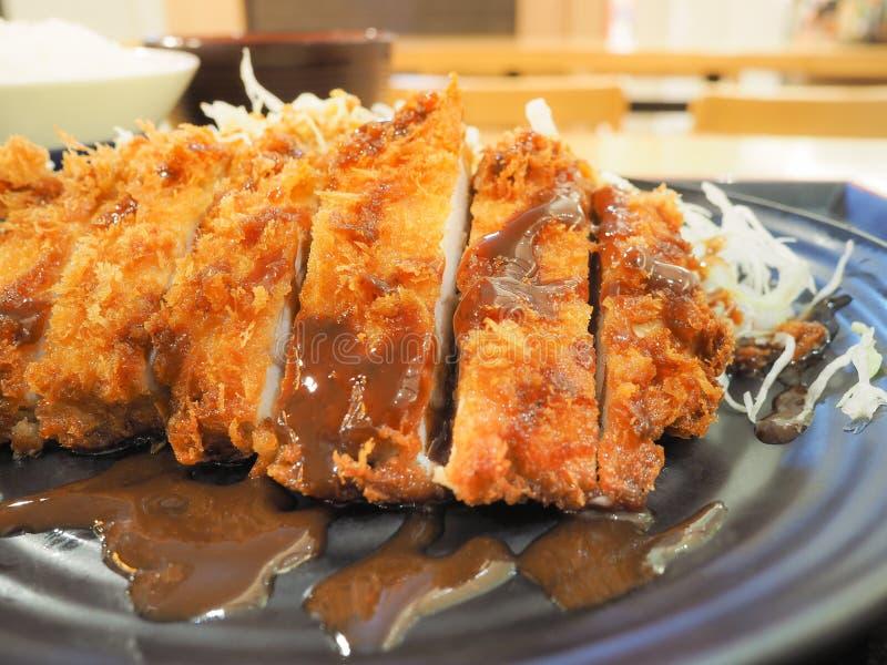 Tonkatsu ha fritto nel grasso bollente la cotoletta della carne di maiale sul piatto giapponese fotografia stock