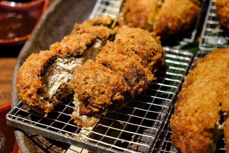 Tonkatsu, japonés frió la chuleta del cerdo, crujiente y el delici fotos de archivo