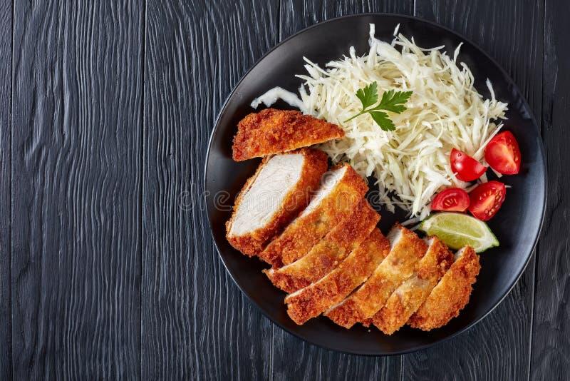 Tonkatsu - le panko a pané la côtelette cuite à la friteuse de porc image libre de droits