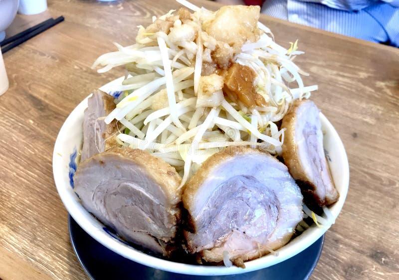 Tonkotsu,与大猪肉切片的日本拉面 库存照片