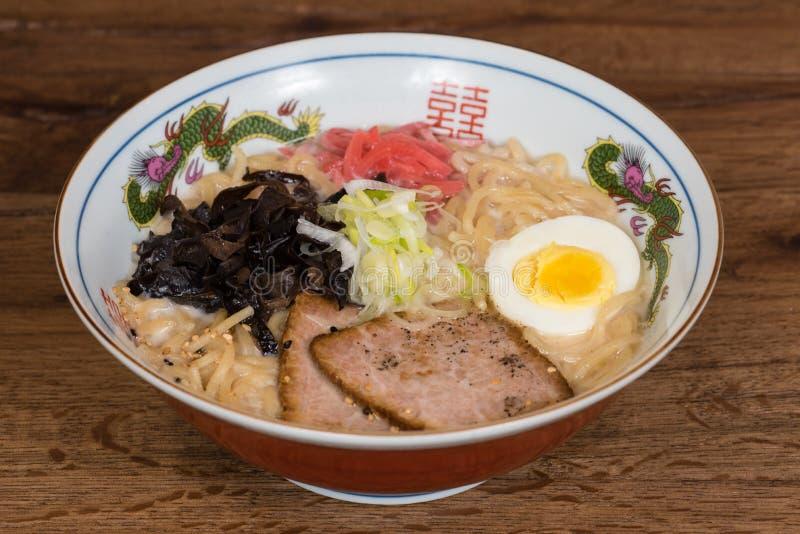 Tonkotsu dos Ramen com carne de porco, leite de soja, caldo da carne de porco, cogumelos pretos, ovos, cebolas imagens de stock royalty free