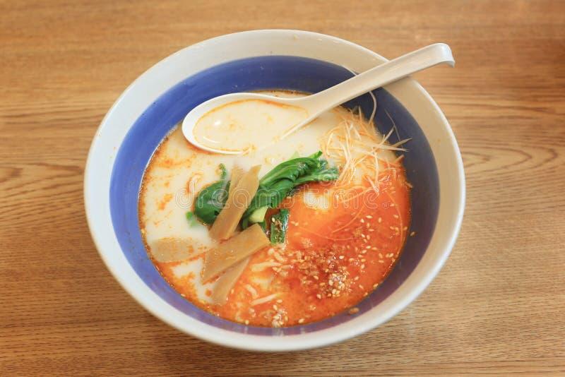 Tonkotsu Ramen i en bunke på tabellen av japanska Foods royaltyfri fotografi