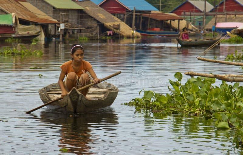 Tonle Sap Lake, Cambogia - 14 Ottobre 2011: Ragazza che canta la barca fotografie stock libere da diritti