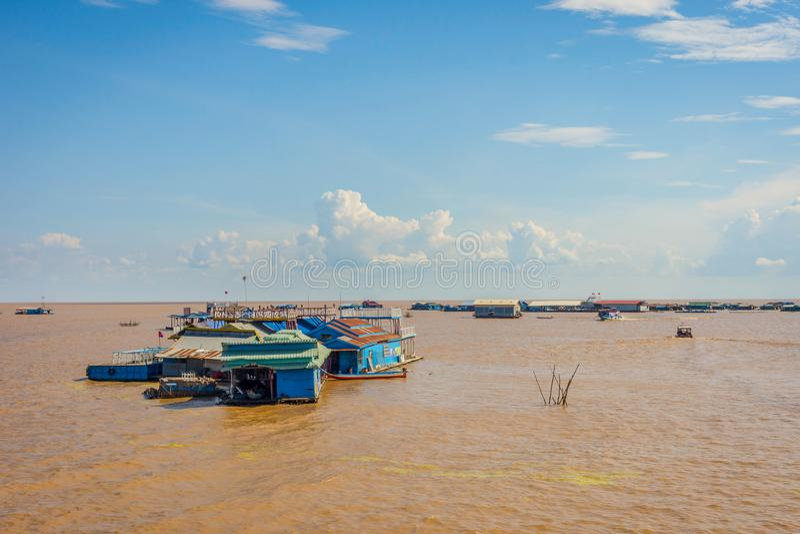 Tonle underminerar sväva byn, Cambodja royaltyfri foto