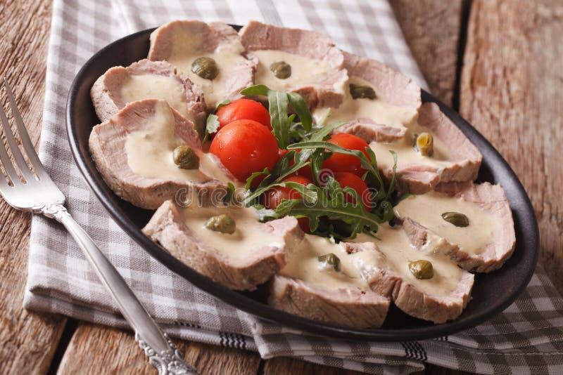 Tonnato di Vitello dell'italiano con la salsa del tonno ed il primo piano dei capperi Hotepibtawy fotografie stock libere da diritti