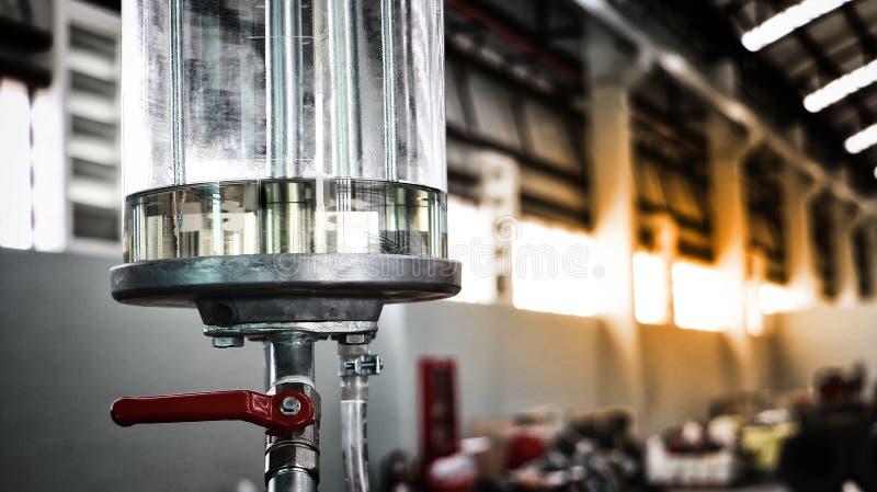 Tonneau à huile de pompe à essence ou, pompe à main, tube de verre et essence rouge d'isolement sur le fond blanc photo libre de droits