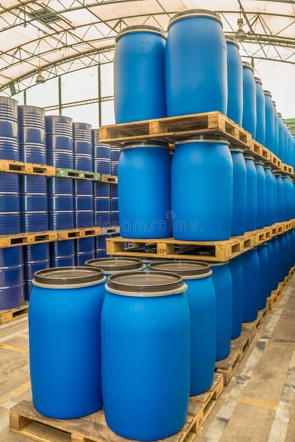 Tonneaux à huile ou tambours chimiques empilés vers le haut images stock