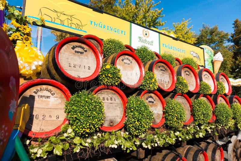 Tonneaux en bois empilés dehors chez Oktoberfest au jour ensoleillé : Erfur image libre de droits