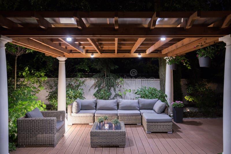 Tonnelle avec les meubles confortables de jardin images stock