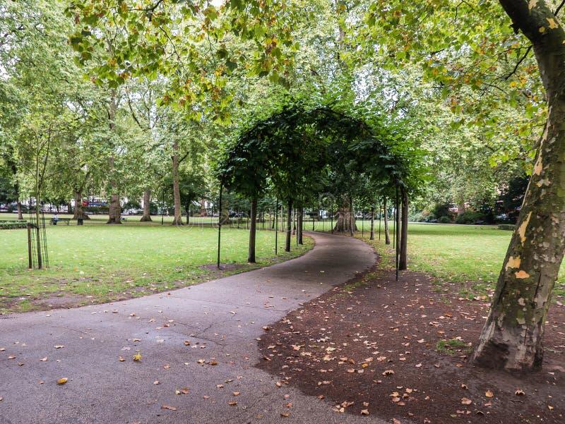 Tonnelle verte en Russell Square, Londres, R-U photos libres de droits