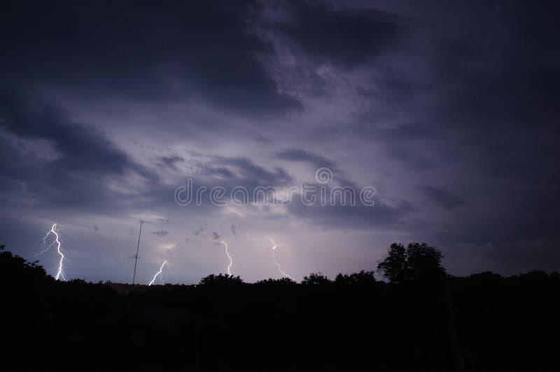 Tonnerre et foudre dans le ciel nocturne photographie stock