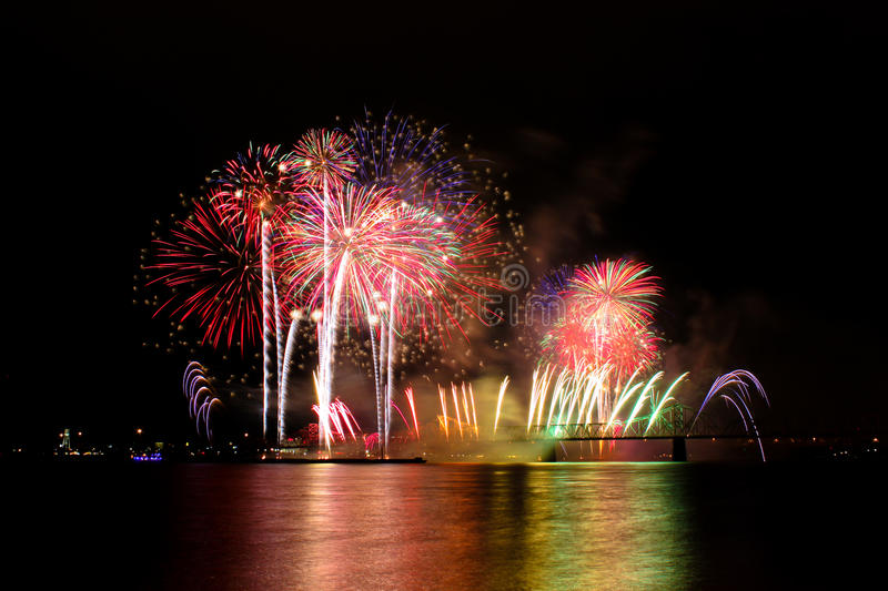 Feux d'artifice - tonnerre au-dessus de Louisville photo stock