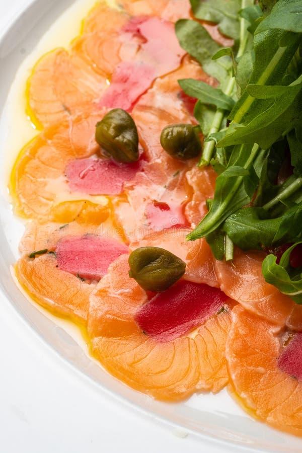 Tonno e carpaccio di color salmone con dragoncello, i capperi ed il limone fotografia stock libera da diritti