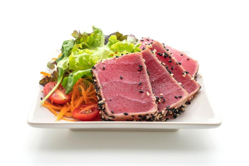 tonno fresco crudo con insalata di verdure fotografia stock libera da diritti