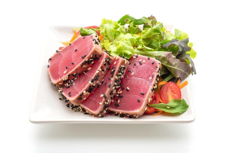 tonno fresco crudo con insalata di verdure fotografie stock libere da diritti