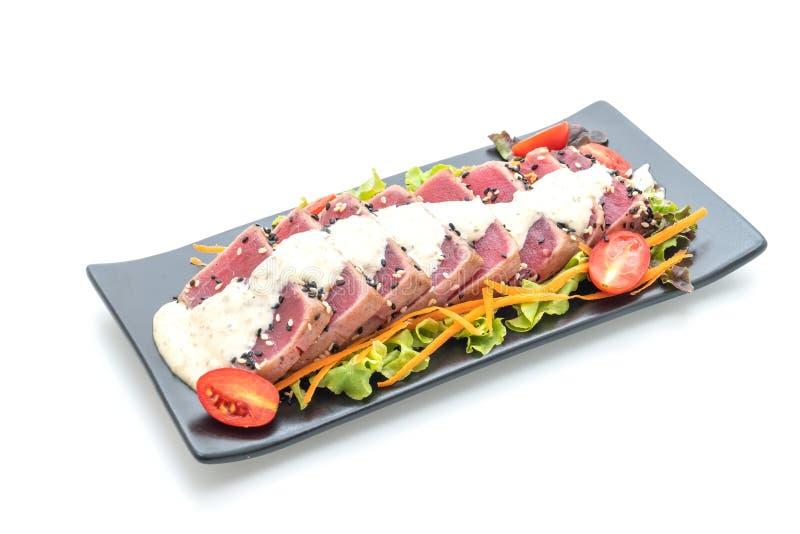 tonno fresco crudo con insalata e salsa di verdure fotografia stock
